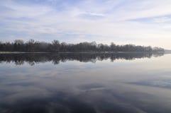 Mañana en el río de Dnieper con reflactions en superficie inmóvil del agua Foto de archivo