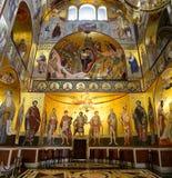Mañana en iglesia encendida oro Toda la galería de los santos fotos de archivo