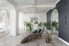 Mañana en interior ligero lujoso en hotel Diseño interior brillante y limpio de una sala de estar de lujo con madera del entarima fotos de archivo libres de regalías