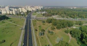 Mañana en la ciudad de Minsk, la capital de Bielorrusia Vista aérea de los coches móviles del cruce, edificios residenciales que  almacen de video