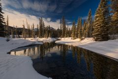 Mañana en las montañas rocosas canadienses fotos de archivo