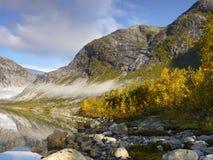 Mañana en montañas, otoño, niebla, lago fotografía de archivo libre de regalías