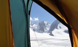 Mañana en tienda sobre el glaciar Dugoba, Pamir-alay Imagen de archivo libre de regalías