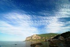 Mañana en una bahía del mar con el cielo y las nubes asombrosos Fotos de archivo libres de regalías