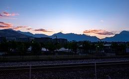 Mañana en una estación de tren con las nubes imponentes foto de archivo