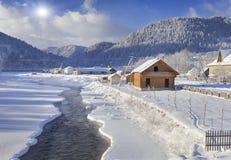 Mañana escarchada en el pueblo de montaña Fotografía de archivo libre de regalías