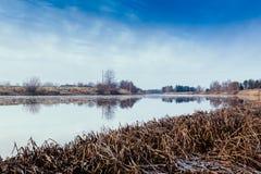 Mañana escarchada en el río Imagen de archivo
