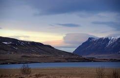 Mañana fría del invierno en el camino no 1 en Islandia en medio de las montañas en casquillos de la nieve y cielo azul fotos de archivo