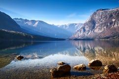 Mañana fría del invierno en el lago Bohinj en el parque nacional de Triglav Foto de archivo libre de regalías