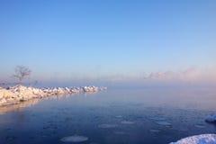 Mañana fría del invierno en Helsinki por el mar Báltico a medias congelado Foto de archivo