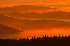 Mañana fría en el parque nacional, las colinas y los pueblos en la niebla y la escarcha de Sumava, opinión brumosa sobre el paisa fotos de archivo libres de regalías
