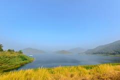 Mañana fresca de la montaña del azul de cielo de la niebla hermosa del paisaje Fotografía de archivo