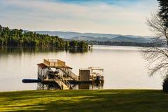 Mañana fresca del verano por el lago Imagen de archivo