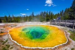 Mañana Glory Pool en el parque nacional de Yellowstone de Wyoming Foto de archivo libre de regalías