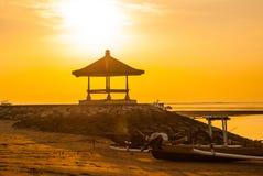 Mañana hermosa en la playa de Karang, Sanur en Bali, Indonesia Imágenes de archivo libres de regalías