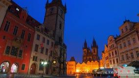 Mañana nublada en la vieja plaza de Praga Lapso de tiempo 4K almacen de metraje de vídeo