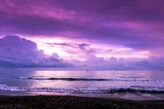 Mañana pacífica en la orilla en Larnaca imagenes de archivo