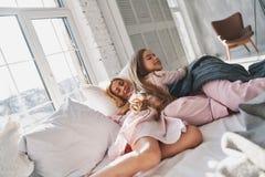 Mañana perezosa Madre e hija que gastan el toge despreocupado de la mañana Fotos de archivo