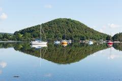 Mañana relajada pacífica tranquila en un día inmóvil en un lago hermoso con reflexiones de la nube Fotografía de archivo