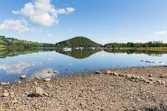 Mañana relajada pacífica tranquila en un día inmóvil en un lago hermoso con reflexiones de la nube Imágenes de archivo libres de regalías