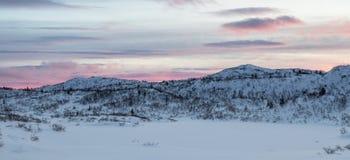 Mañana rosada temprana, paisaje de la montaña del invierno Panorama Foto de archivo libre de regalías