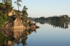 Mañana solar en el lago Fotos de archivo libres de regalías