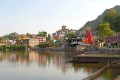 Mañana solar en el lago sagrado Revalsar Estado de Himachal Pradesh, la India imagen de archivo libre de regalías