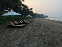 Mañana soleada del café de la playa imagenes de archivo
