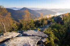Mañana soleada del otoño del paisaje de la montaña Foto de archivo libre de regalías