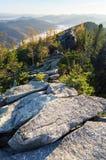 Mañana soleada del otoño del paisaje de la montaña Fotos de archivo