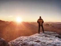 Mañana soleada en paisaje asombroso Caminante feliz con los brazos aumentados Imagen de archivo
