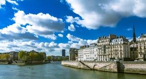 Mañana soleada en París al lado de río Sena Imagenes de archivo