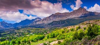 Mañana soleada en prados alpinos Foto de archivo