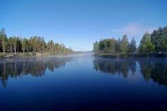 Mañana soleada temprana en el río Foto de archivo libre de regalías