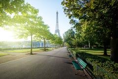 Mañana soleada y torre Eiffel, París, Francia Imagen de archivo libre de regalías