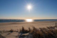 Mañana Sun en una playa del invierno fotografía de archivo