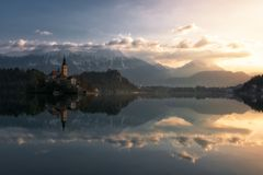 Mañana tranquila en el lago sangrado en Eslovenia foto de archivo libre de regalías