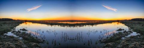 Mañana un amanecer brumoso por el río simetría foto de archivo libre de regalías
