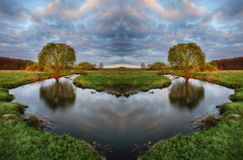 Mañana un amanecer brumoso por el río simetría fotografía de archivo libre de regalías