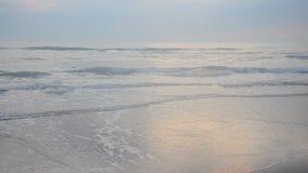 Mañana y tiempo de la salida del sol en la playa de Chao Samran del sombrero del mar en Phetchaburi Tailandia almacen de metraje de vídeo