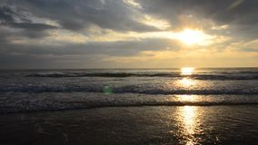 Mañana y tiempo de la salida del sol en la playa de Chao Samran del sombrero del mar en Phetchaburi Tailandia metrajes
