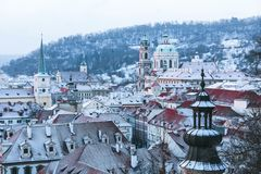 Mañanas del invierno en la ciudad vieja de Praga foto de archivo libre de regalías