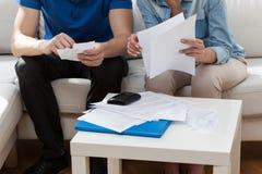 Małżeństwo analizuje rachunki Obrazy Stock