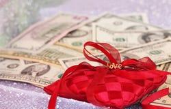 Małżeństwo dogodność Pierścionek zaręczynowy i dolary zdjęcie royalty free