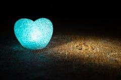 Małżeństwo propozycja z złocistymi obrączkami ślubnymi i sercem pojęcia serce nad czerwieni różanym valentine biel Zmroku stonowa Zdjęcia Royalty Free