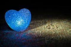 Małżeństwo propozycja z złocistymi obrączkami ślubnymi i sercem pojęcia serce nad czerwieni różanym valentine biel Zmroku stonowa Obrazy Royalty Free