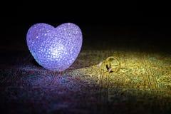 Małżeństwo propozycja z złocistymi obrączkami ślubnymi i sercem pojęcia serce nad czerwieni różanym valentine biel Zmroku stonowa Zdjęcia Stock