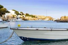 Mała łódź na dennym loch, Menorca Zdjęcie Royalty Free