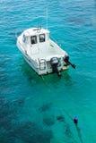 Mała łódź na dennym loch, Menorca Fotografia Stock