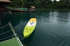 Mała łódź na zieleni wodzie Obraz Royalty Free
